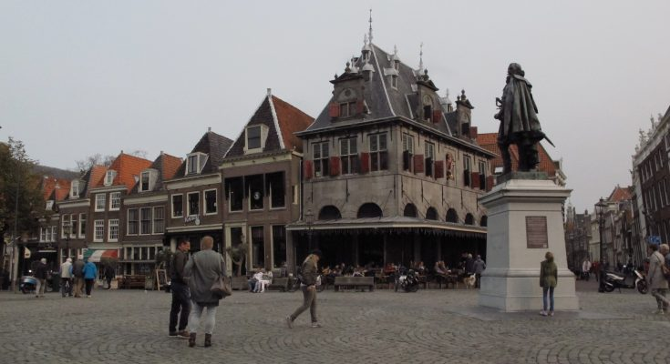 Suasana kota Hoorn, Belanda tempat kelahiran Jan Pieterzoon Coen. Berdiri di tengah alun-alun Hoorn, dikelilingi rumah-rumah peninggalan abad pertengahan yang indah dan asli. Lengkungan atap dan jendela besar-besar dengan warna keemasan, menghiasi alun-alun kota yang tidak terlalu besar itu.  (foto: Hendrata Yudha)