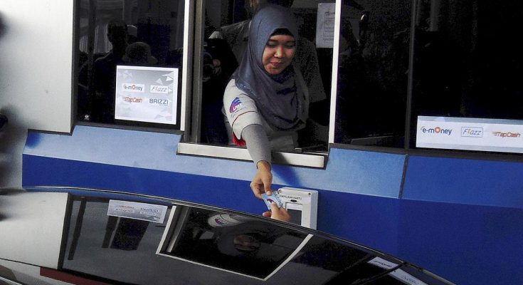 Petugas gerbang tol Jasa Marga melayani penngendara mobil (foto ist)