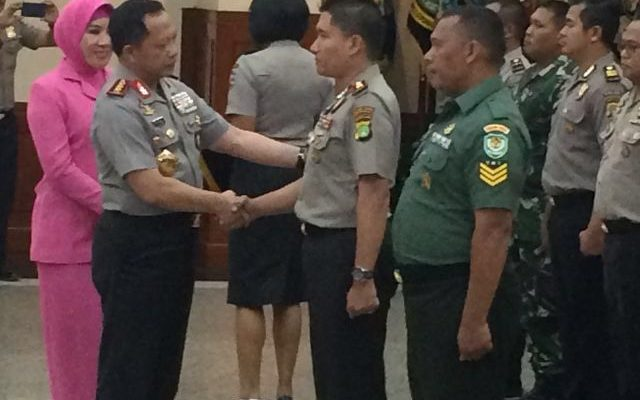 Kapolri Jenderal Polisi  Tito Karnavian memberikan penghargaan kepada anggota Polisi dan TNI (foto:sly)