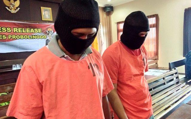 Dua tersangka SP dan Z saat digelandang petugas dalm press release di Mapolres Probolinggo Jawa Timur.(foto: dic)