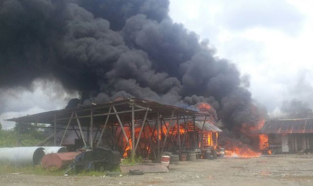 Camp Milik perusahaan Tunas Jaya Irian  (TJI) di Distrik Kenyam Kabupaten Nduga Ludes dilahap Si Jago merah. (foto : riy)