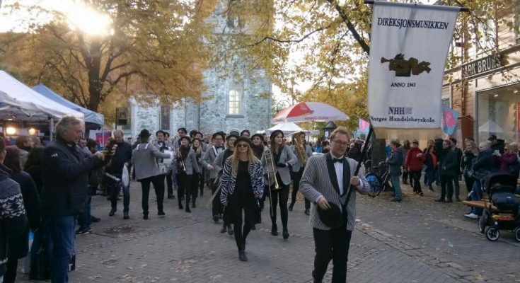 Pesta diskon Toilldag, ramai dengan aktivitas warga Trondheim dan menjadi ajang sosialisasi. (foto-foto: Hendrata Yudha)