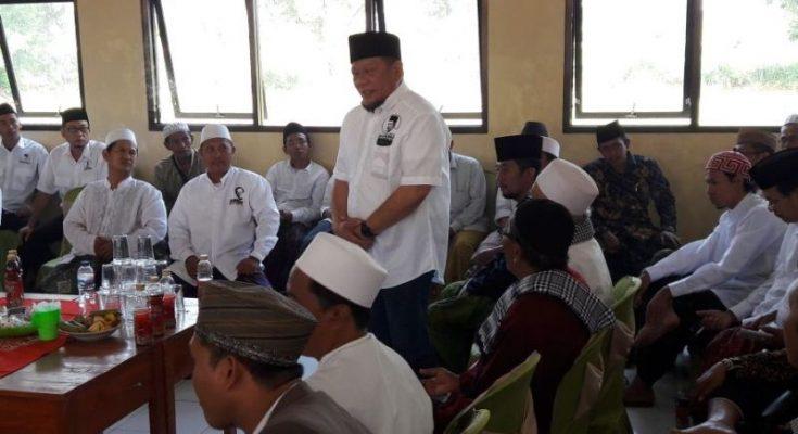 La Nyalla Matalitti saat bertemu dengan masyarakat Ponpes Al Amien Jatigunting Wonorejo, Kabupaten Pasuruan.(foto : abd)