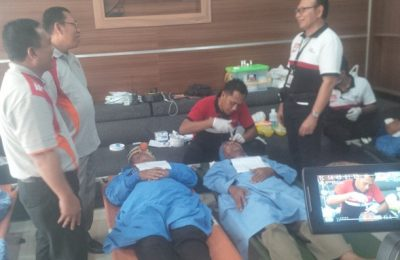 Bupati Situbondo Dadang Wigiarto, Wabup Yoyok Mulyadi, dan anggota Forkopimda Situbondo,  memantau langsung pelaksanaan  operasi mata katarak dan pemberian bola mata palsu oleh tim medis dari John  Fawcett Foundation (JFF) Bali. (foto: fat)