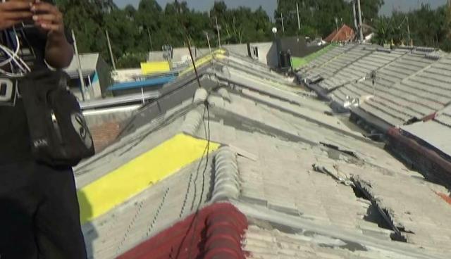 Atap rumah warga rusak akibat terjangan angin puting beliung (foto: Ric)
