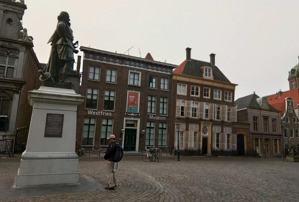 Patung Coen berdiri menghadap ke arah timur, persis di tengah alun-alun. Di sampingnya bekas gedung balaikota Hoorn yang sekarang difungsikan sebagai Museum Wesfries yang berisi lukisan-lukisan kehidupan kota Hoorns dan peralatan yang digunakan penduduknya zaman dahulu. (foto: Hendrata Yudha)