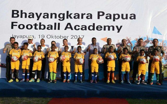 Kapolda Papua, Kepala Dinas Pemuda Dan Ohlaraga bersama anak anak saat Melaunching Bhayangkara Football Papua Academy DiLapangan Brimob Kotaraja Jayapura, kamis (19/10). (foto:riy)
