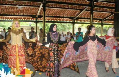 Sejumlah penari Rinenggo Manis menari menghibur masyarakat Kabupaten Probolinggo, dengan lemah lembut di ketika tampil di pendopo agung yang menjadi ikon lokasi wisata Ayer Dingin Resort, Krucil, Probolinggo.(foto:dic)