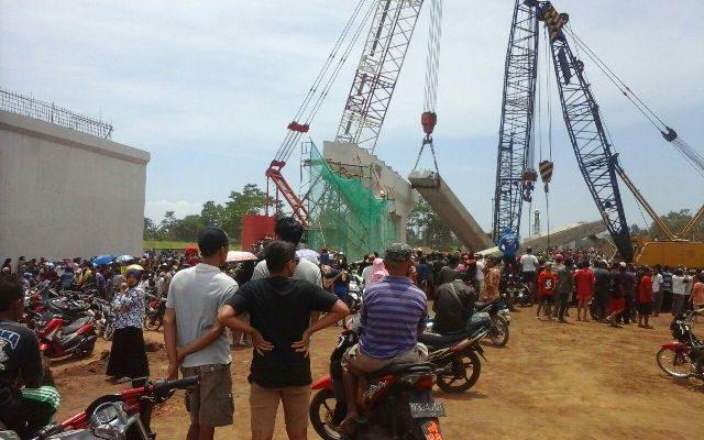 Konstruksi Jembatan Tol yang ambruk di Desa Cukurgondang, Kecamatan Grati, Kabupaten Pasuruan. (foto : abd)