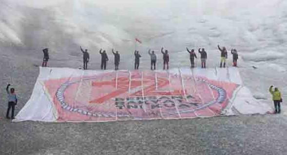 Banner raksasa HUT ke 72 TNI dikibarkn di Puncak Jaya.