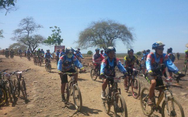 ratusan biker tersebut mengikuti gowes Afrika Van Java Tahun 2017, yang digelar oleh Dinas Parawisata Pemka Situbondo. (foto:fat)
