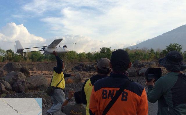 , BNPB bersama PVMBG menerbangkan drone atau pesawat tanpa awak (foto:adi)