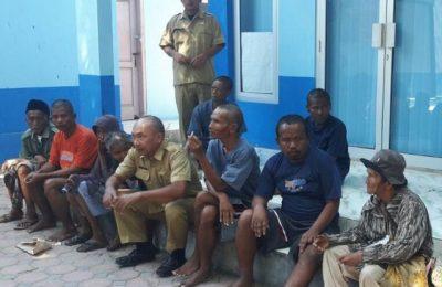 petugas gabungan berhasil menjaring sebanyak 10  Orgil dan Gepeng, yang sedang berkeliaran di sepanjang jalan protocol di Kota Situbondo. (foto:fat)