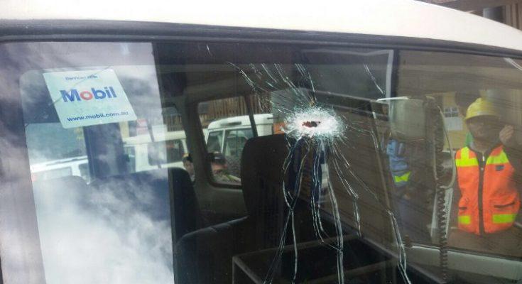 Mobil Milik PT Freeport Terlihat Tertembus Peluru Dibagian Kaca. (Foto : riy)