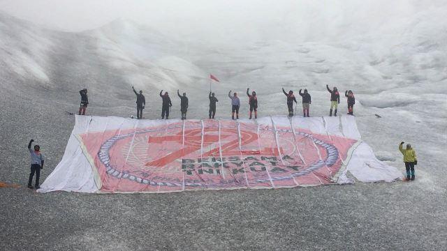 Banner Raksasa HUT ke-72 TNI berhasil dibentangkan Tim Ekspedisi Bhinneka Tunggal  di Puncak Jaya