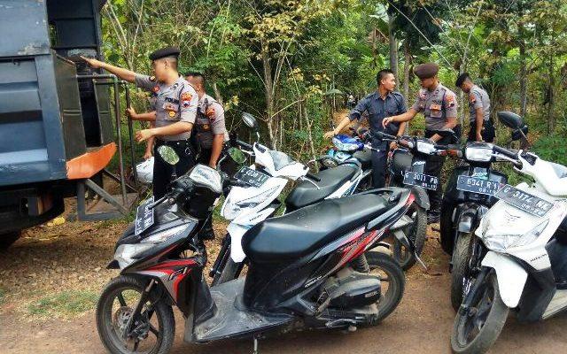 Polisi mengamankan barang bukri sepeda motor yang ditinggalkan para pejudi sabung ayam (foto:riz)