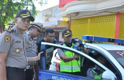 Kapolres AKBP Sigit Dany Setiyono bersama Kasatlantas AKP Himmawan Setiyawan melakukan uji coba penggunaan alat  speed gun. (foto:fat)