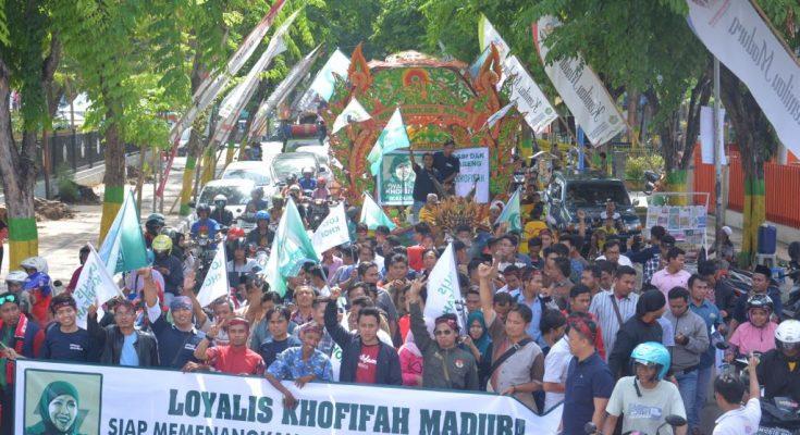 ratusan orang yang mengatasnamakan Loyalis Khofifah Madura menyampaikan dukungannya untuk siap menangkan Khofifah menjadi Gubernur Jatim 2018-2023.(foto:ist)