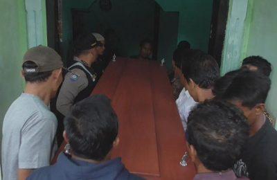 keluarga dan tetangga sambut kedatangan jenazah Aten Puspita (32) warga Desa Lambur, Kecamatan Kandangserang, Kabupaten Pekalongan. Foto:riz)