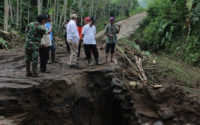 BPBD Kabupaten Probolinggo bersama warga dan TNI membersihkan material di lokasi longsor.(foto: dic)
