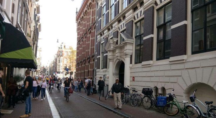 Kantor VOC, terletak bukan di jalan utama tapi menyempil dijalanan sempit yang hanya cukup dilalui sebuah angkot di Oude Hoogstraat. Lalu lalang wisatawan jarang sekali yang melihat bangunan ini. (foto: Hendrata Yudha)