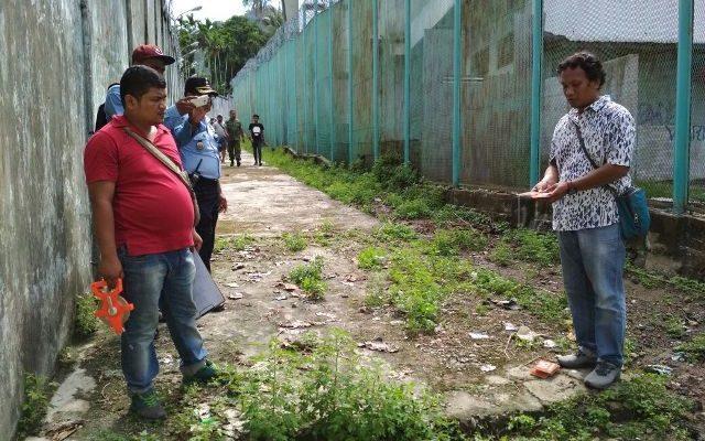 Aparat kepolisian Resort Kota Jayapura saat melakukan Olah Tempat Kejadian Perkara di Lapas Klas IIA Abepura. (foto : riy)