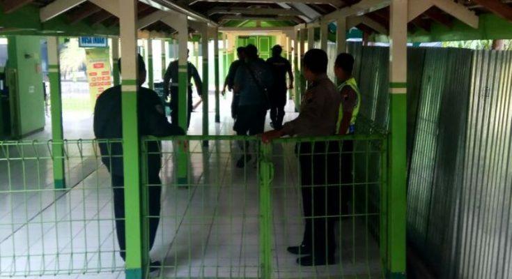 Polisi menjaga ketat akses jalan menuju kamar mayat RSUD Blora tempat mayat anggota Brimob Patii yang melakukan aksi baku tembak diotopsi. (foto: aep)