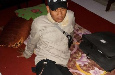 Anggota Polres Paniai, Bripda Muhamad Saipudin terkena panah saat menenangkan massa dari keluarga korban pengendara sepeda motor yang tewas (foto : riy)