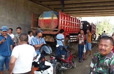 Sejumlah warga yang berada di sekitar lokasi pembangunan tol,  memblokade jalan utama pembangunan tol Paspro.(foto: dic)
