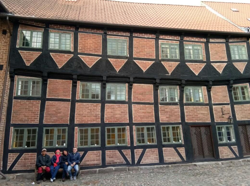 Rumah miring di Kawasan HC Andersen, peninggalan abad pertengahan Denmark yang menarik dan dirawat dengan baik.