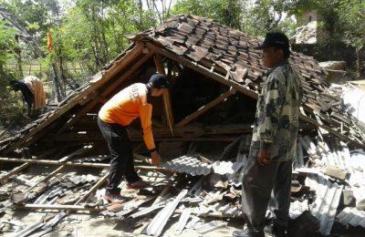 Rumah milik pasangan suami (Pasutri) Yuto dan Muyati, warga Desa Sletreng, Kecamatan Kapongan, Situbondo roboh. (foto:fat)