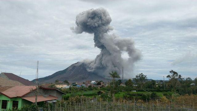 Gunung Sinabung kembali meletus dinihari tadi. (foto adi)
