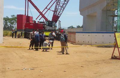 Lokasi ambruknya girder diberi gatis polisi. (foto : abd)