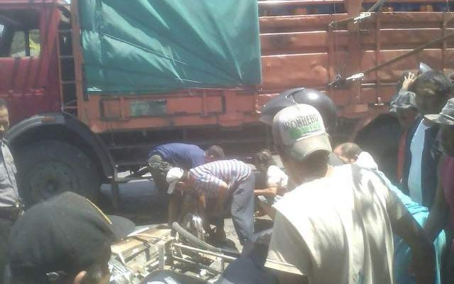 Warga membantu  menyelamatkan pengemudi bentor yang  ditabrak oleh truk (foto:fat)