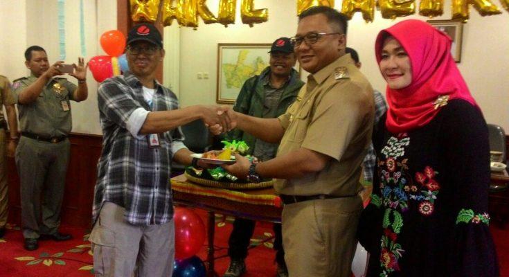Wakil Walikota Depok Pradi Supriatna memberikan nasi tumpeng kepada Ketua Tim Ekspedisi Bhinneka Tunggal Ika Hendrata Yudha (anggota DMC) yang telah melakukan pendakian ke Puncak Soekarno (4600 mdpl) dan Puncak Carstenzs di Papua, di Balaikota Depok, Senin (9/10).