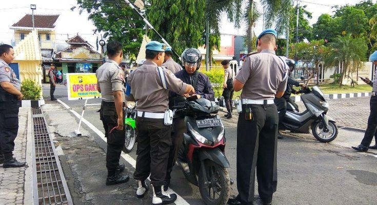 Petugas Provesi dan Pengamanan (Propam)   Polres Situbondo, Jawa Timur, menggelar razia kendaraan internal, dengan tujuan, untuk penegakan disiplin berlalulintas bagi para anggota polis. (foto:fat)