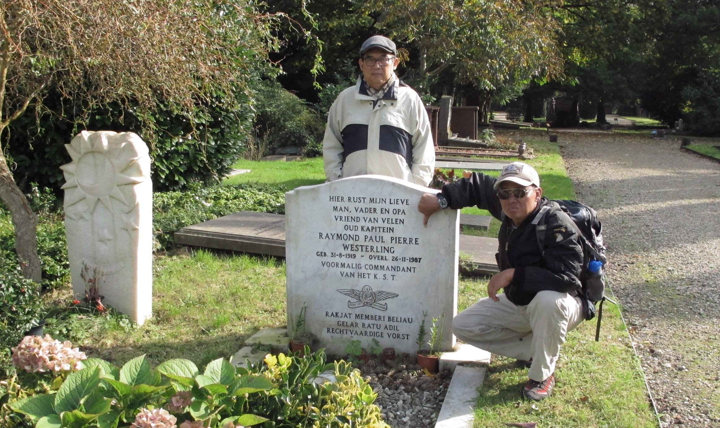 Agrar Sudrajat paham dengan tokoh-tokoh sejarah Belanda yang berhubungan dengan Indonesia. Agrar (berdiri) di makam Westerling.