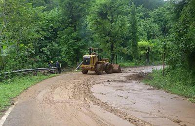 Alat berat dikerahkan untuk membersihkan jalan yang tertimbun longsor di Kabupaten Pacitan. (foto: hap)