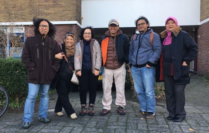 Para mahasiswa Indonesia menjadikan rumah Agrar dan Atik posko sementara. Aminudin Siregar Ucok, Atik Sosiawati, Ari, Hendrata Yudha, Budi Kurniawan dan Ida di Leiden.