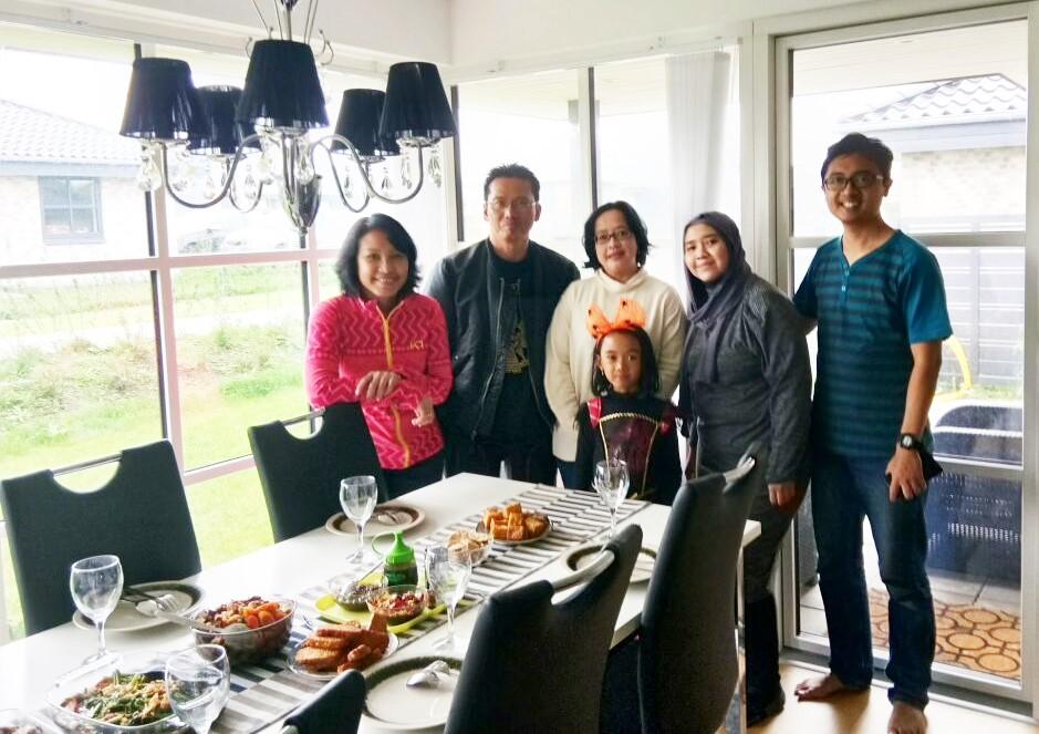Ketemu sanak saudara se tanah air Wynda Astutu, disajikan makanan bebek goreng dan kangkung yang enak, di Odense, Denmark.