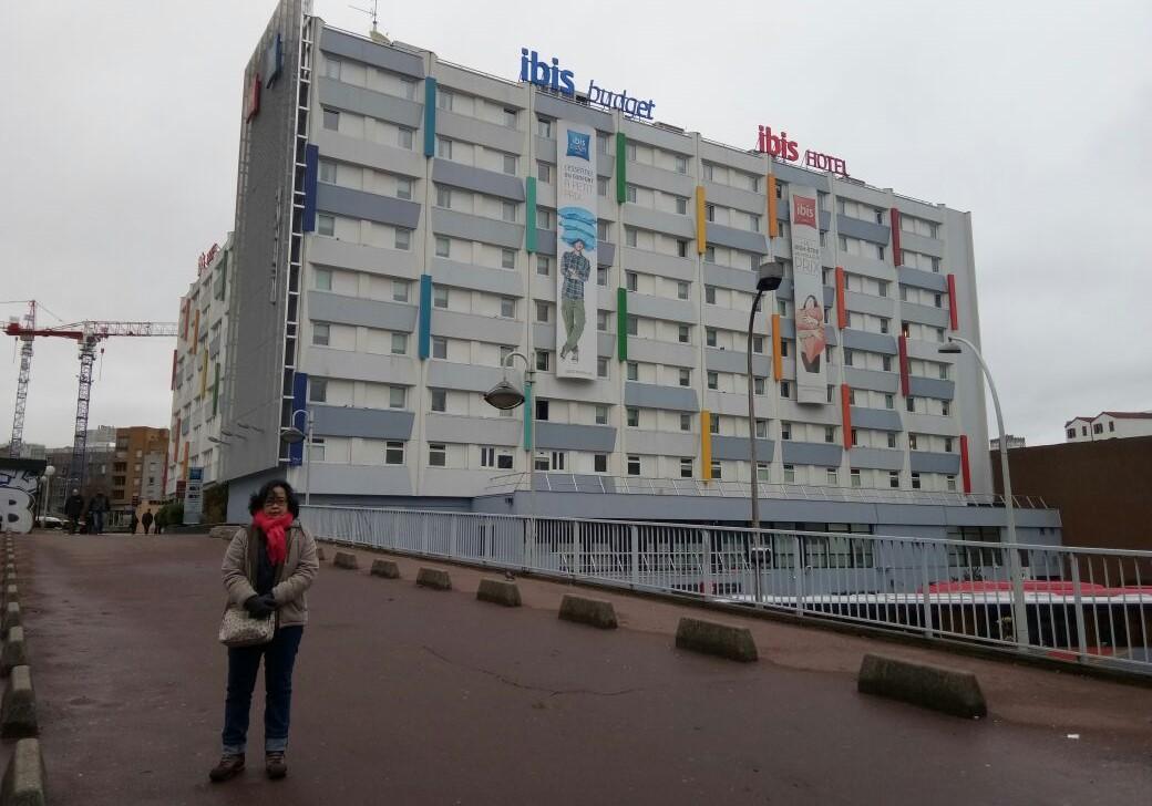 Hotel tempat kami menginap di pinggiran Paris, murah untuk backpakeran dan mudah dijangkau karena letaknya dekat dengan Stasiun Metro Gallieni.