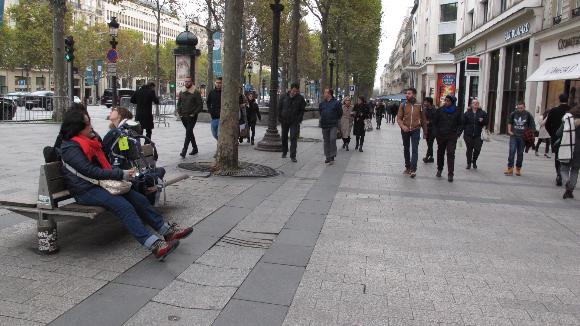 Boro-boro merasakan nuansa romantis, mengunjungi berbagai lokasi wisata lain yang bertebaran di seentero Paris sambil bergandengan tangan bila hati kami meringis memikirkan kaki yang gempor