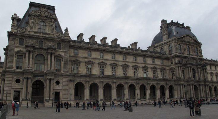 Istana Louvre yang cantik dan anggun, saksi keindahakan Kota Paris yang mempesona turis mancanegara. (foto-foto: Hendrata Yudha)