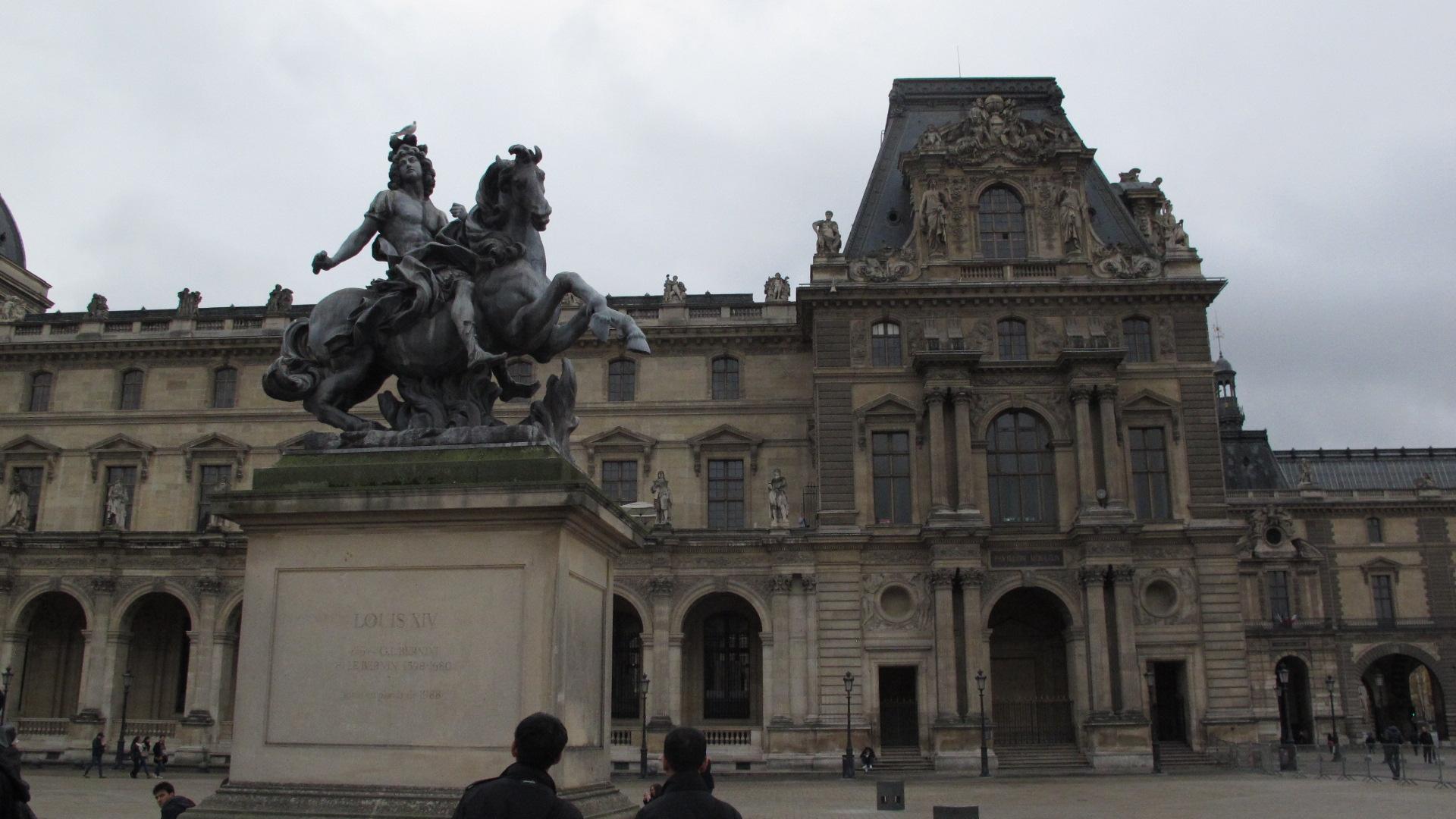 Pada 1682, Louis XIV, si Raja Matahari, memilih Istana Versailles sebagai kediaman pribadi, meninggalkan Louvre untuk dijadikan tempat menampilkan koleksi-koleksi kerajaan.
