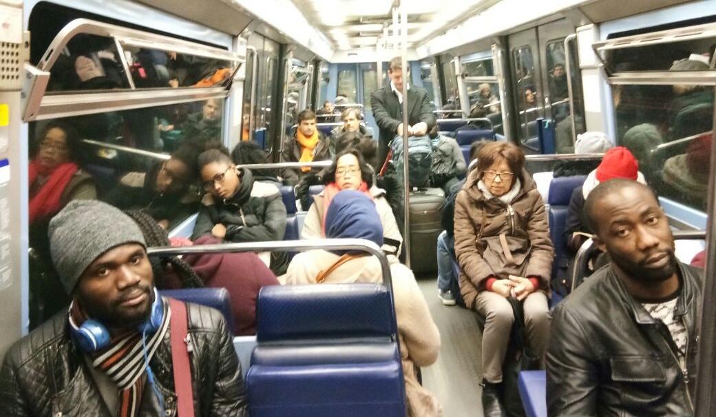 Suasana di dalam kereta bawah tanah Metro Paris, jangan lengah dan takut dengan tatapan mata orang berkulit gelap.