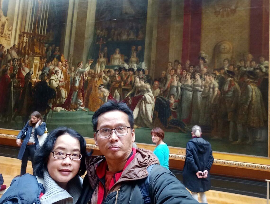Kami berdua tak henti-hentinya mengagumi berbagai lukisan-lukisan seni yang dipajang, menyesap aura kenangan masa lalu. Lukisan Pelantikan Napoleon 1807.