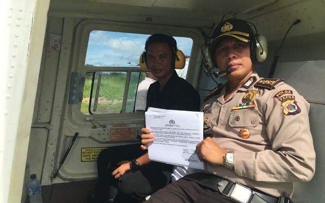 Kabid Humas Polda Papua, Kombes Pol AM Kamal Saat Berada Di Helikopter Untuk Membagikan Maklumat Kapolda Papua. (foto : riy)
