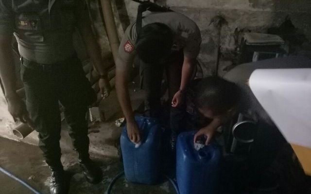 Polisi mengamankan 2 jerigen minuman keras di rumah seorang warga. foto:fat)