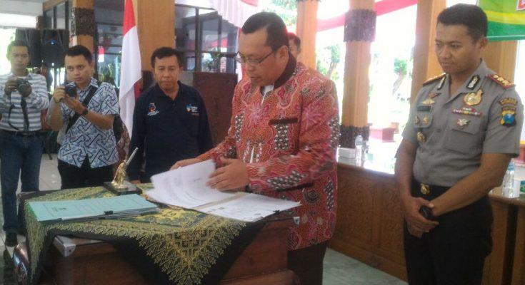 """Pemkab Situbondo dengan Polres Situbondo, menandatangani nota kesepakatan dan kerjasama percepatan pembangunan di Kabupaten Situbondo.(foto""""fat)"""