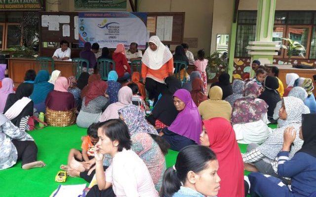 Penerima Program Keluarga Harapan (PKH) di Kabupaten Situbondo  melakukan validasi data. (foto:fat)